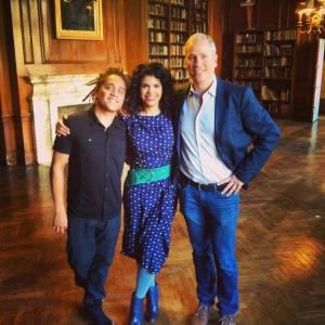 Andre Veloz y Yasser Tejeda en el Andrew Freedman Home del Bronx junto al periodista Philip Klint para NY1 Noticias